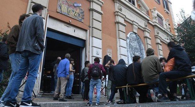Cinema Palazzo, nuovo caso: gli abusivi riallacciano la luce