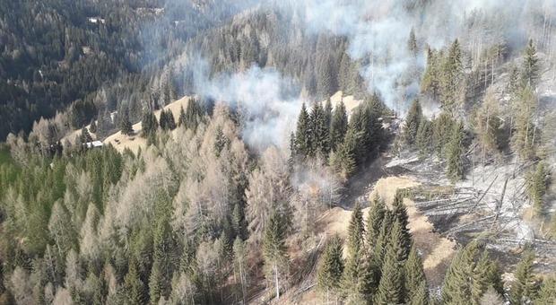 L'incendio a Col Curiè ripreso dall'elicottero della Regione