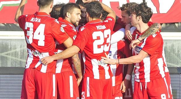 I giocatori della Vis Pesaro dopo un gol segnato