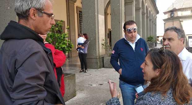 Dormivano in macchina a Velletri, un imprenditore gli offre vitto, alloggio e lavoro