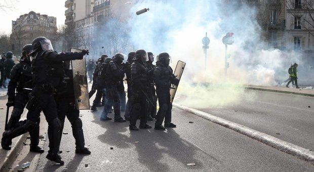 Gilet gialli bloccati al confine italiano, violenti scontri a Parigi: manifestante perde mano