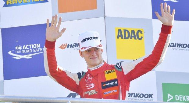 Mick Schumacher festeggia il titolo europeo di Formula 3 sul podio di Hockenheim in Germania dove si è laureato campione grazie al secondo posto ottenuto nella seconda delle tre gare dell'ultima prova della stagione
