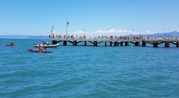 Forte di Marmi, si tuffa dal pontile: ragazzo di 18 anni scompare in mare
