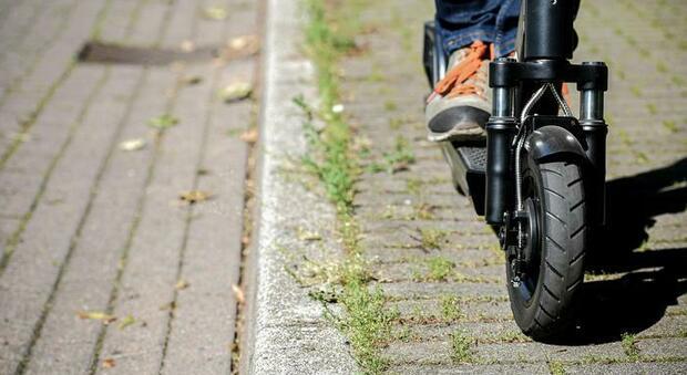 Monopattini in città, l'inciviltà stradale tollerata per interesse