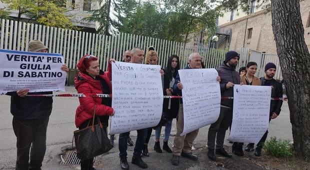 Giulia Di Sabatino giù dal ponte, la mamma protesta: riaprite le indagini, c'è un testimone