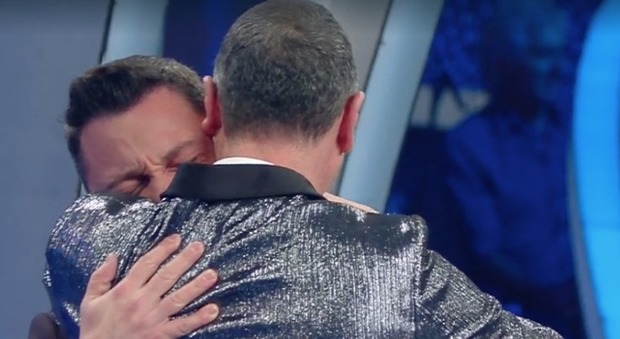 Sanremo 2020, Tiziano Ferro canta Mia Martini e stona. Poi scoppia a piangere: «Non ce l'ho fatta»