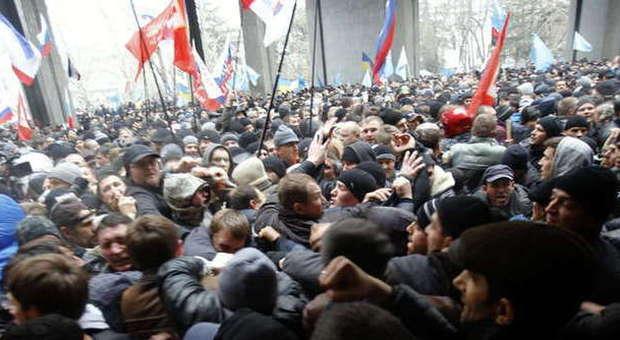Filorussi e tatari filoucraini si confrontano in Crimea