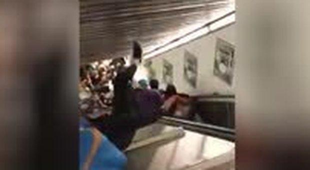 Roma, il momento in cui cede la scala mobile nella metro a Repubblica