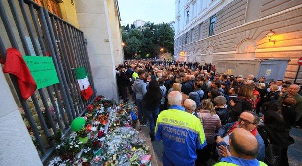 Trieste, camera ardente per l'ultimo saluto a Demenego e Rotta. Domani i funerali solenni