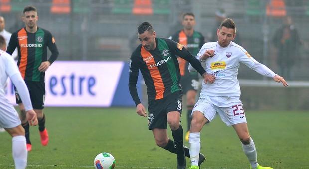 Montalto in azione durante la partita Venezia-Trapani allo stadio Penzo