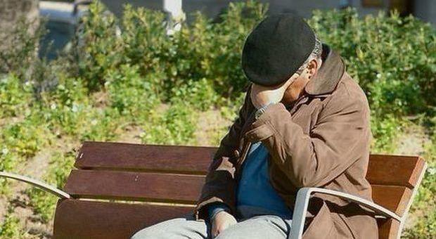 Picchia e minaccia l'uomo di cui si prende cura e si fa intestare 18 case: arrestato badante italiano