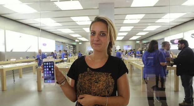 La prima romana ad acquistare un iPhone 6