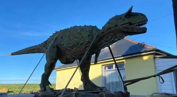 Il papà compra un dinosauro al figlio, ma a casa arriva una statua a grandezza naturale