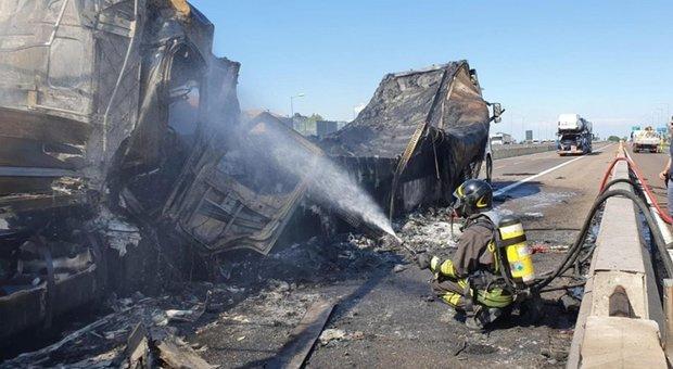 Bologna, due camion a fuoco: chiusa la A14. Incidente a pochi metri dall'incendio del 6 agosto