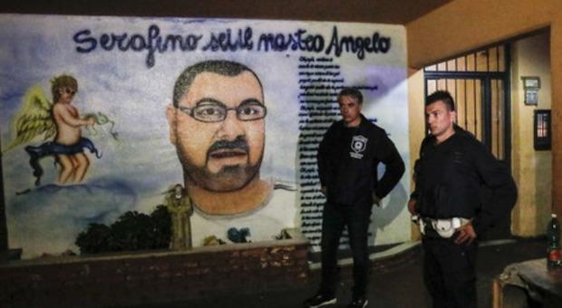 Roma, cancellati i murales dei boss. La sfida dei parenti: «Lo rifaremo»