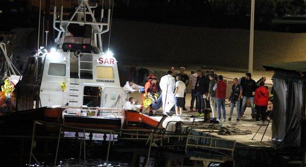 Migranti, motovedette italiane soccorrono 290 su barcone in acque maltesi