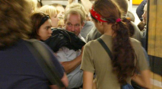 Roma, beccate le ragazze borseggiatrici: sfilavano i portafogli ai turisti nella Metro