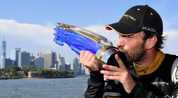 Il campione del mondo in carica della Formula E Jean-Eric Vergne bacia il trofeo vinto lo scorso anno