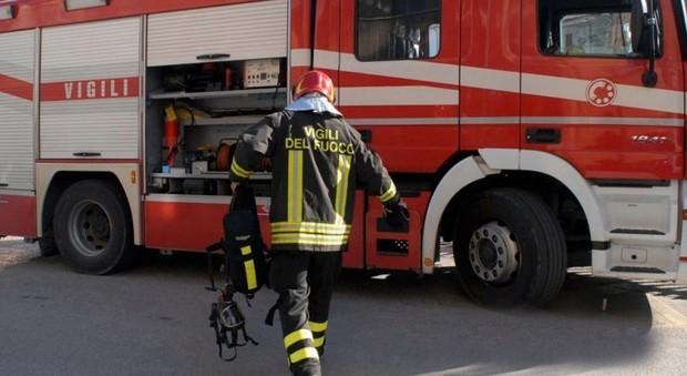 Auto si ribalta e finisce contro il palo della luce: conducente e passeggero illesi
