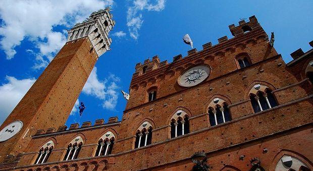 Siena, ragazza morta precipitando dalla Torre del Mangia: ipotesi suicidio