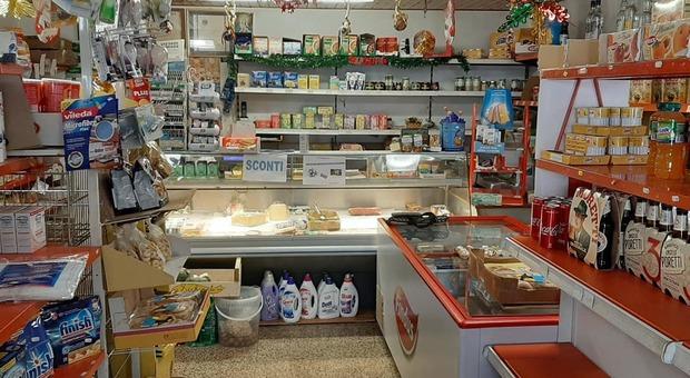 L'interno del piccolo negozio di alimentari