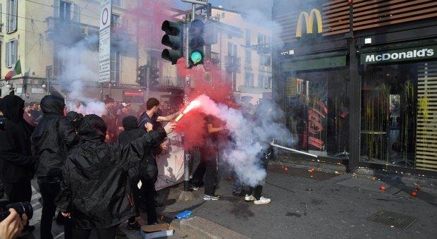 Studenti in piazza contro l'alternanza scuola-lavoro, lancio di uova e fumogeni a Milano