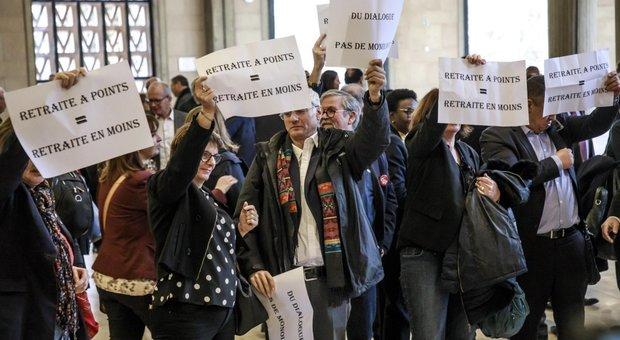 Francia, l'età della pensione rimane a 62 anni. I sindacati: «Ora sciopero più duro»