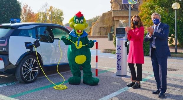 Una delle nuove colonnine inaugurate alla presenza di Aldo Maria Vigevani, amministratore delegato Gardaland, di Elisa Tosoni, responsabile E-Mobility Enel X per il Triveneto, e della mascotte di Gardaland Prezzemolo