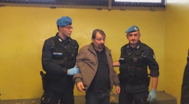 Battisti con due agenti della polizia penitenziaria nel video postato da Bonafede