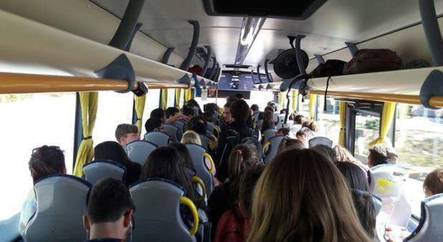 Occupa il sedile sul bus con la borsa per non far sedere la bimba di colore: denuncia su Fb