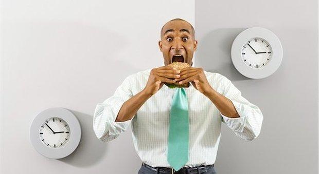 Gli uomini che mangiano da soli più a rischio di obesità