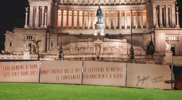 Via ai lavori a piazza Venezia per l'abete divo che sarà acceso l'8 dicembre