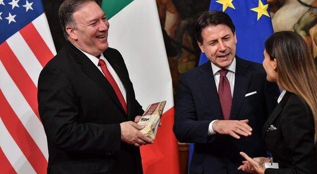 Irruzione delle Iene con il parmigiano all'incontro tra Conte e Pompeo. Il premier: «Non si difende così l'Italia»