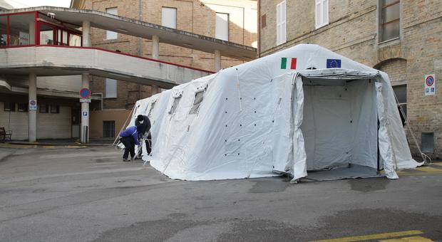 Fermo, tre morti di Coronavirus al Murri: tende da campo fuori dall'ospedale