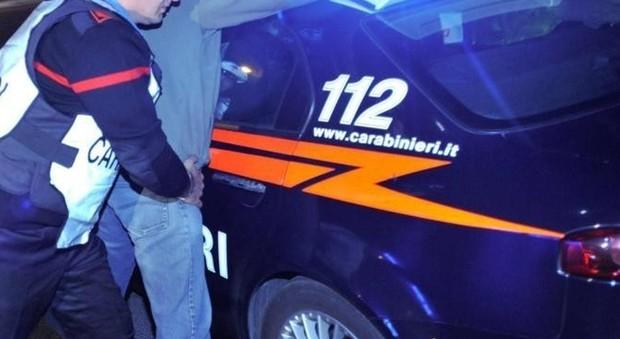 bastonate a una ragazza nel parcheggio della metro per rapinarla: arrestato