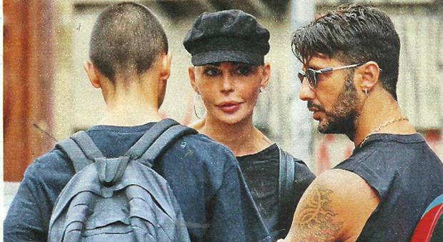 Fabrizio Corona, Nina Moric e il figlio Carlos a Milano
