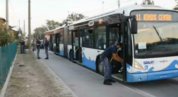 Accoltella 5 persone, grave un bambino colpito alla gola: sul bus gli avevano chiesto il biglietto