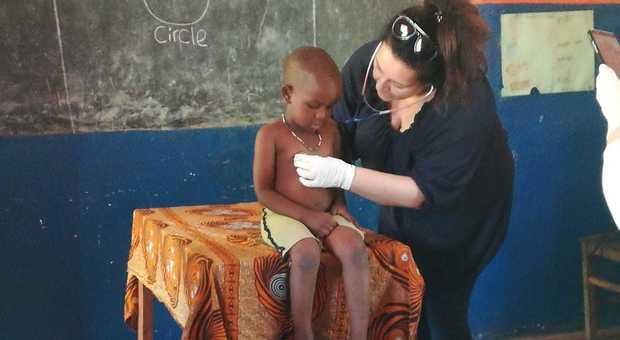 Cinzia Fanfano in una delle sue missioni in Africa