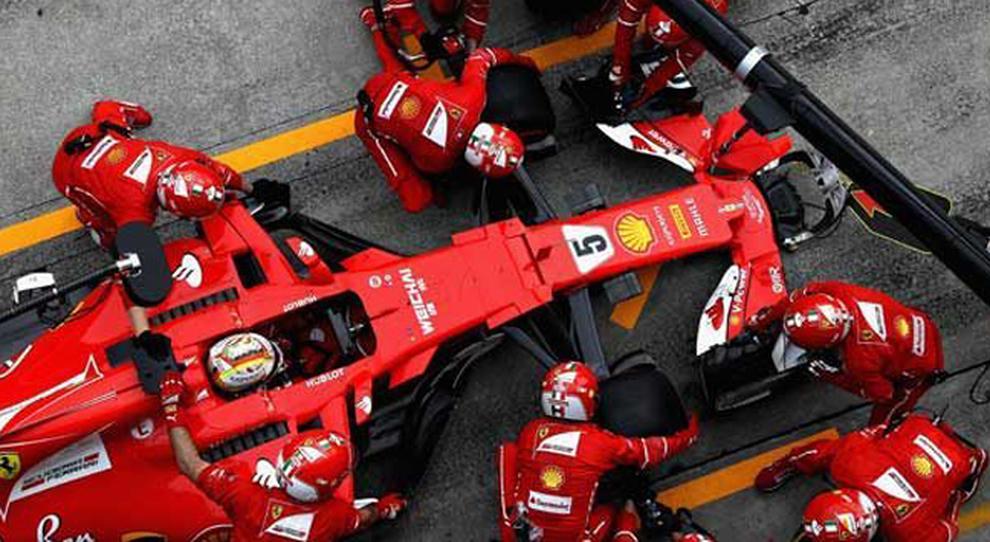 Meccanici al lavoro sulla Ferrari di Sebastian Vettel