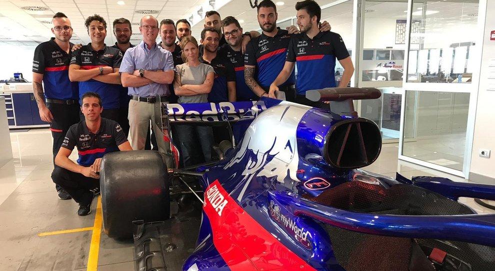 Al centro Irene Saderini con il team Toro Rosso F1