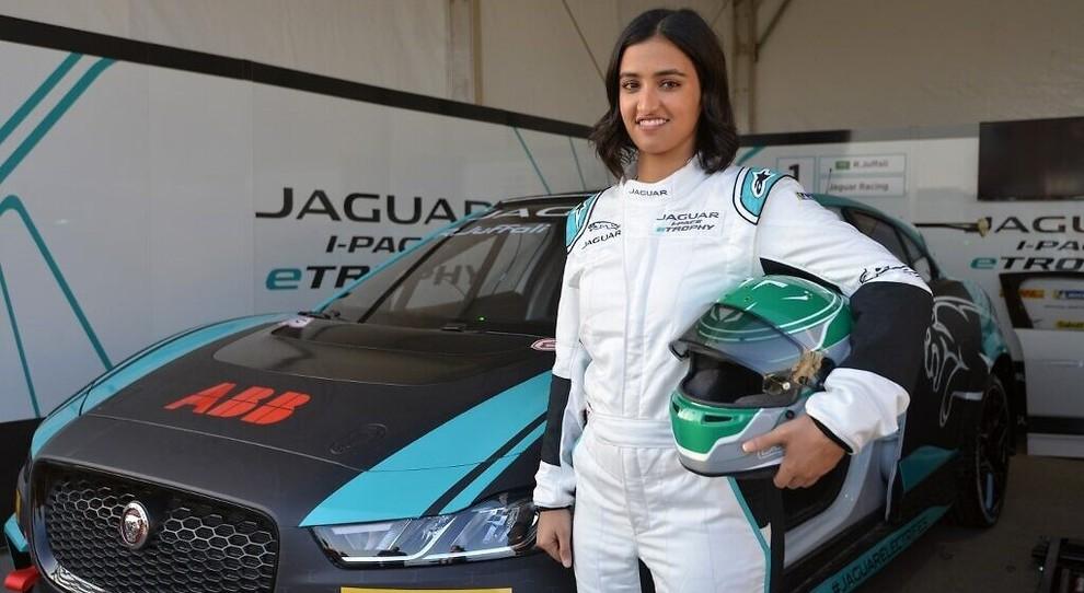 Reema Juffali prima donna pilota in Arabia Saudita prima di salire a bordo di Jaguar i-Pace