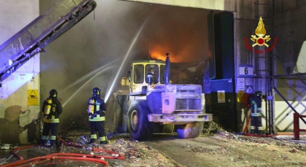 Incendio nella ditta di rifiuti, al lavoro tutta la notte ...