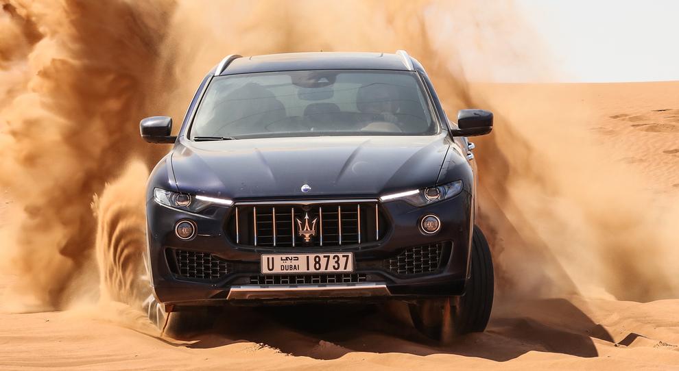 La Maserati Levante alle prese con le dune del deserto del Dubai
