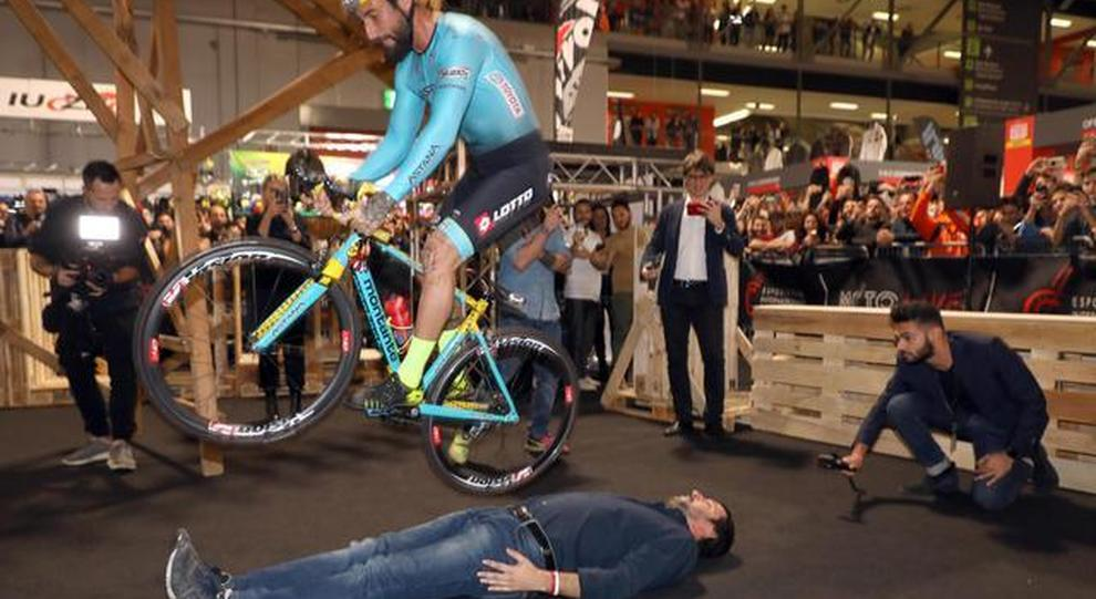 Vittorio Brumotti mentre salta salvini in sella alla sua bicicletta all'Eicma di Milano