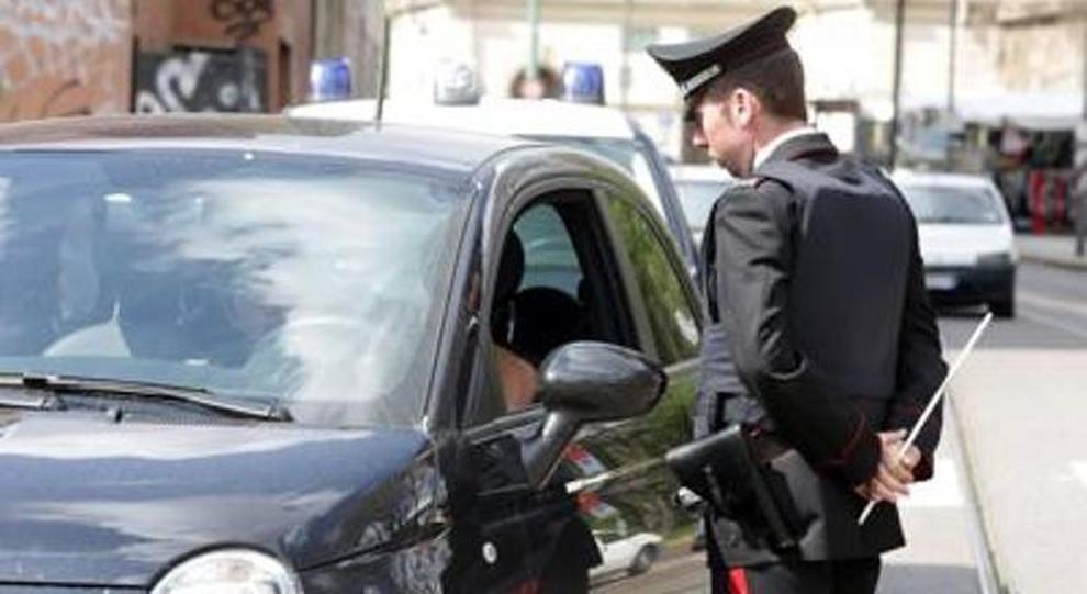 Un controllo ad un automobilista da parte di un Carabiniere
