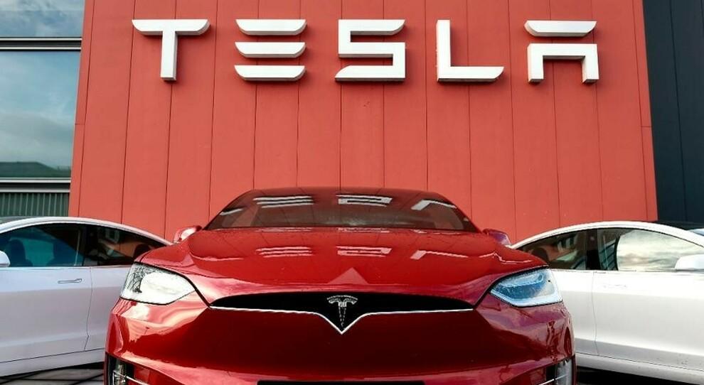 Tesla, crollo a Wall Street: -16% ed esclusione S&P 500. E General Motors compra 11% di Nikola, produttore camion elettrici