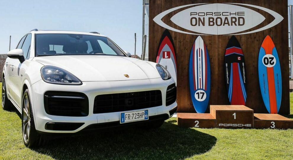 Una Porsche Cayenne con alcune tavole da kitesurf