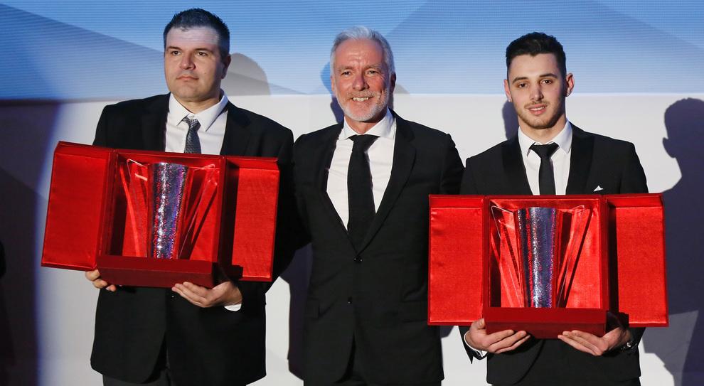 Al centro il direttore generale di Porsche Italia, Pietro Innocenti con due dei piloti premiati