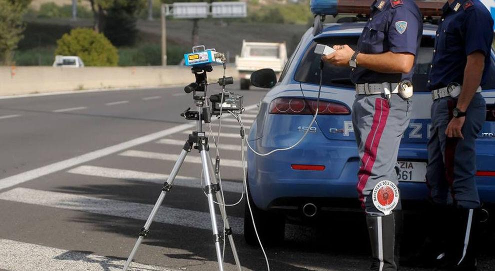 La pattuglia della Polizia Stradale controlla la velocità dei veicoli
