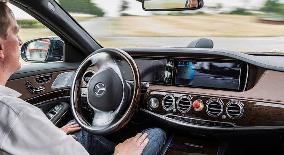 Mobilità, via libera in Italia alla sperimentazione su strada della guida autonoma e alle smart road
